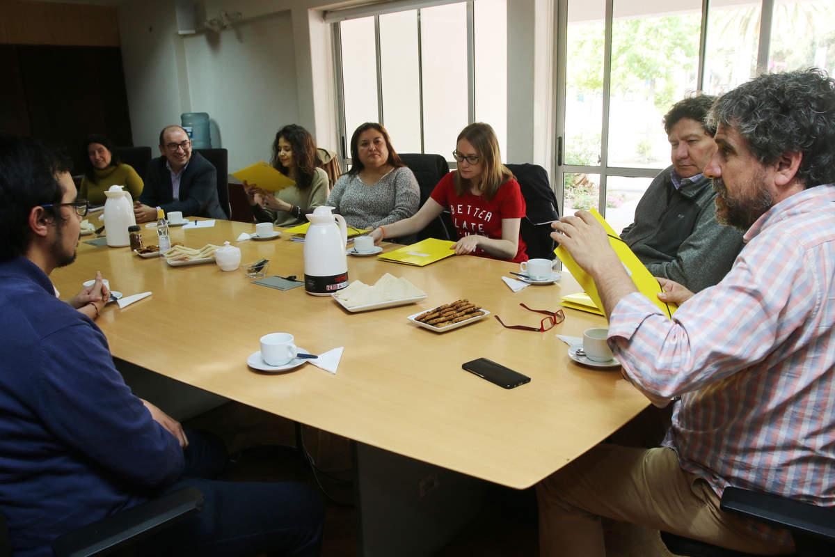 Alcalde se reúne con los siete profesores de la comuna que viajan a perfeccionarse a La Habana