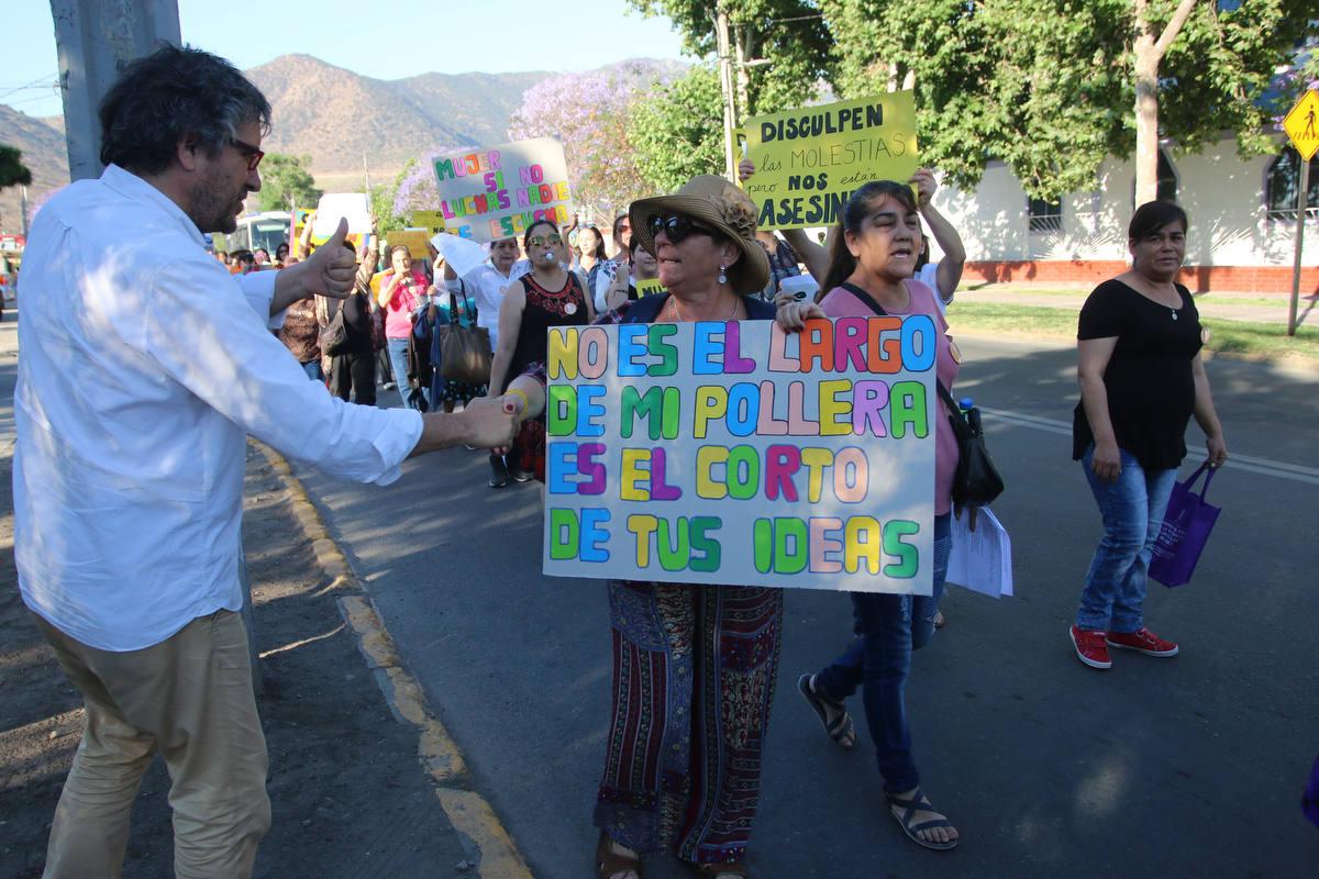 Un centenar de vecinas de Huechuraba marcharon contra la violencia hacia la mujer