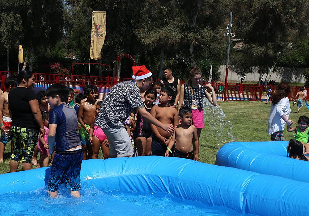 Más de 300 niños y sus familias disfrutaron de la Navidad Solidaria en la Piscina Municipal
