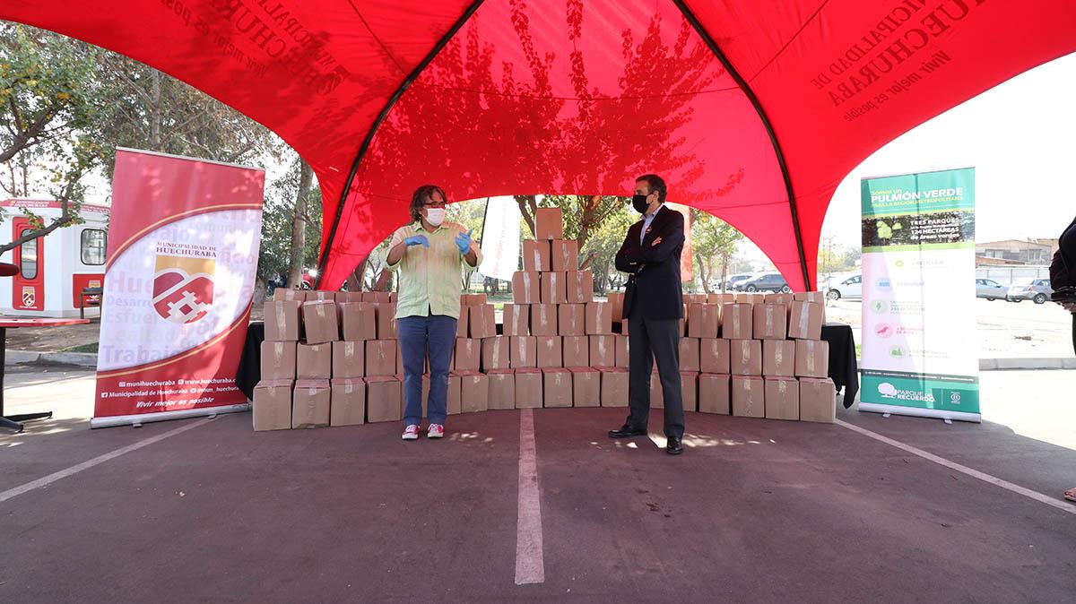 Entrega cajas alimentos Parque del Recuerdo.