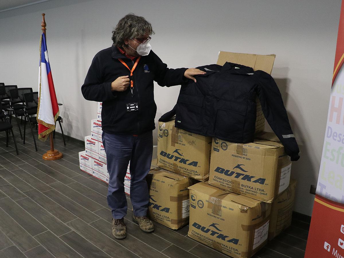Finning Caterpilar dona cajas de mercadería y parcas para los vecinos de Huechuraba.