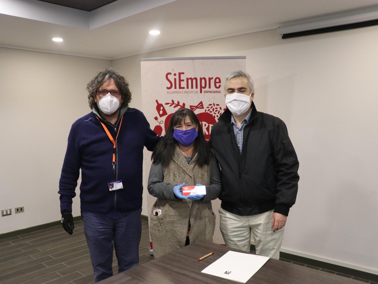 Alcalde Carlos Cuadrado Prats recibe tarjetas de prepago para 100 familias de Huechuraba